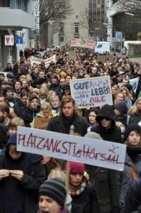 Studenten demonstrieren für bessere Bildungsbedingungen.