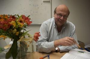 Physik-Professor Bernhard Spaan erklärt, was am LHC erforscht wird. Foto: Jonathan Focke