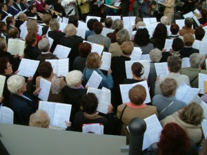 In der Kirche singt der Chor ... Foto: Burkard Vogt / pixelio.de