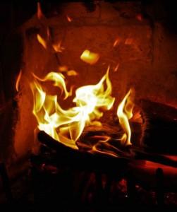 Bei der Verbrennung von Kohle oder Holz wird Primärenergie gewonnen. Foto: M T / pixelio.de.