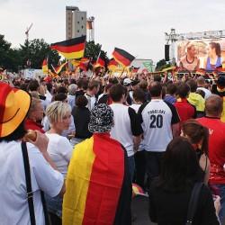 Public Viewing: Der Ort zum Fachsimpeln für Fußballintellektuelle  Foto: wandersmann / pixelio.de