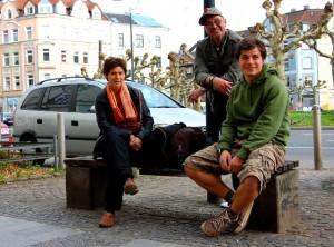 """Künstlerin Anna Wiesinger aus Österreich, Schriftsteller """"Purio"""" aus Berlin und Student Mislav Stambuk aus Bochum (von links) leben ein Jahr am Borsigplatz."""