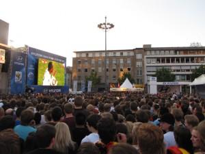 Auf dem Friedensplatz in Dortmund wird noch gesungen. Hier sind Vuvuzelas verboten. Foto: Jannik Sorgatz