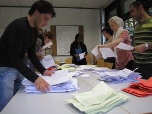 Die Wahlhelfer bei der Arbeit. Foto: Kerstin Börß
