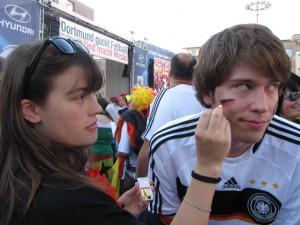 Des einen Freud', des anderen Leid: Lisa macht Jannik fertig fürs Public Viewing auf dem Friedensplatz. Foto: Kerstin Börß