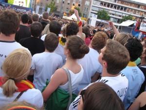 """Um 20 Uhr kam die Durchsage: """"Der Friedensplatz ist voll."""" Wer später kam, musste in die Westfalenhalle. Foto: Jannik Sorgatz"""