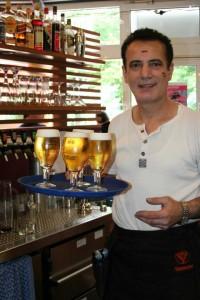 Wenn es ihn nicht gäbe wären die WM-Spiele nur halb so schön. Reza Balaghi versorgt die Leute im Sonnendeck mit Bier.