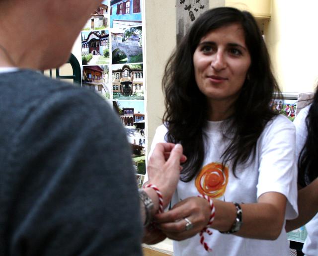 Die Besucher bekamen rote Armbänder am Bulgarienstand
