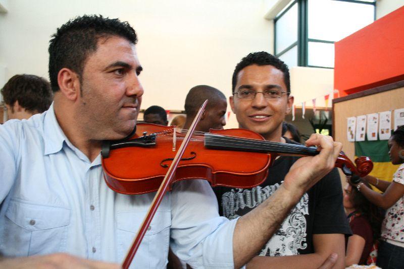 Zwischen den Ständen spielte ein jordanischer Geiger arabische Melodien