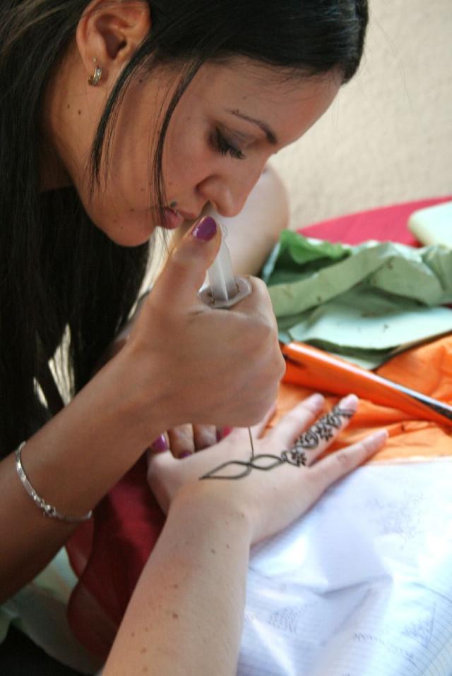 Viele Mädchen wollten einekustvolle Hennabemalung