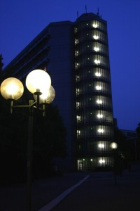 700 Lampen und der Mathe-Tower erhellen jede Nacht den Campus. / Foto: C.Hahn
