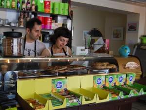 Legen Wert auf vegetarische und gesunde Ernährung: Michael und Evi Kourmadias gehen gemeinsam die aktuelle Speisekarte durch. Foto: Regine Beyß