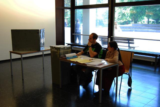 Auch im Foyer der Emil-Figge 50 steht ein Wahllokal, wie hier bei den Wahlen des Studierendenparlaments im vergangenen Jahr. Die abgebenen Stimmzettel werden maschinell gezählt, deswegen muss man sie genau nach den Vorgaben ausfüllen.