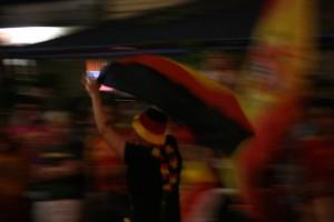 Ein deutscher Fan um rot-gelben Fahnenmeer. Foto:Melanie Meyer