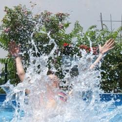 Was gibt es Schöneres im Sommer als ein kräftiger Sprung ins Wasser? Foto: pixelio/Stephanie Hofschläger.