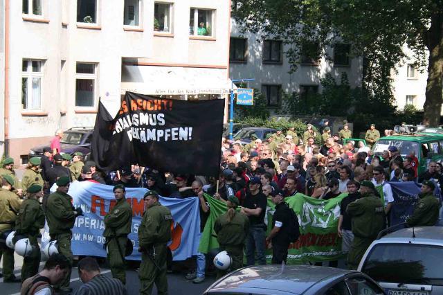 """Neonazis demonstrieren auf dem """"Antikriegstag"""" 2005  Foto: Antifa"""