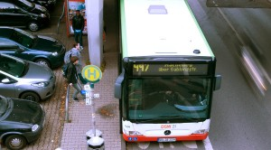 Zwischen der Betonsäule und dem Bus sei viel zu wenig Platz, so Pro Bahn. (Foto: Julian Pfahl)