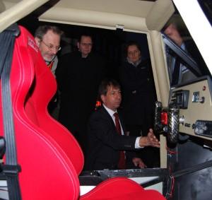 Professor Wilfried Fischer erklärt den Teilnehmern, wie das Elektroauto funktioniert. Foto: Regine Beyß