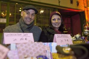 Frank und Corinna haben selbstgemachte Adventsdekoration mitgebracht. Foto: Matthis Dierkes