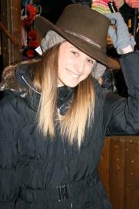 Cowboyhüte sind nur ein kleiner Teil der ungewöhnlichen Angebote des Dortmunder Weihnachtsmarkts. Foto: Anna Hückelheim