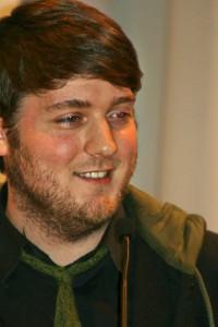 """Der Gewinner Thomas Preyer bei der Preisverleihung. Er gewinnt mit seinem Text """"Kopfkohle"""". Foto: Mareike Maack"""
