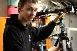 Sebastian von der AStA-Fahrradwerkstatt hat den ultimativen Tipp: Sein Fahrrad zur Abschreckung anmalen Foto: Laura Millmann