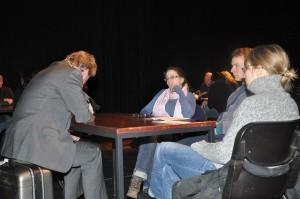 Die vier Zuschauer am Tisch können sich dem Schicksal der Protagonisten nicht entziehen. Bild: A. Gerstlauer