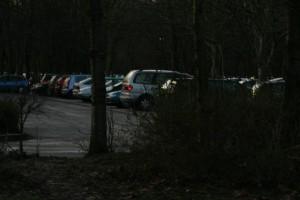 Der Parkplatz hinter der EF 50 ist nicht beleuchtet. Foto: Mareike Maack