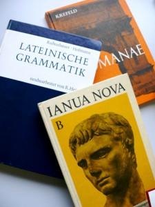 Lateinbücher werden zum ständigen Begleiter. Foto: Hanna Zimmermann