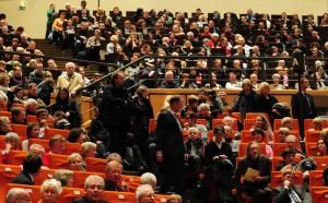 Die meisten Zuhörer im überfüllten Audimax, unter ihnen viele Nichtstudenten, fühlten sich angesprochen von Margot Käßmanns erster Vorlesung. Foto: Julian Pfahl