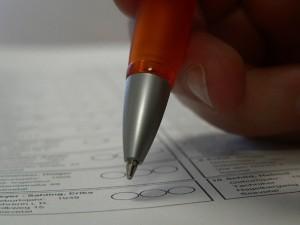 Die abgebenen Stimmzettel werden maschinell gezählt, deswegen muss man sie genau nach den Vorgaben ausfüllen. Symbolfoto: Steffen Meyer