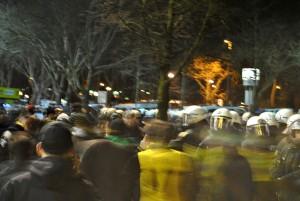 Die Fans sind in Bewegung, die Polizei fährt die ruhige Schiene. Foto: Jannik Sorgatz