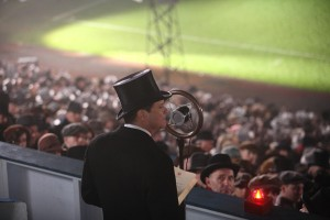 Bertie (Colin Firth) muss seine erste Rede im voll besetzten Wembley-Stadion halten. Er bringt kein Wort heraus. Foto: Senator Film Verleih