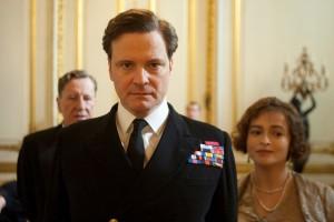 Bertie (Colin Firty, Mitte) bekommt Rückendeckung von Therapeut Logue (Geoffrey Rush, links) und Gattin Elizabeth (Helena Bonham Carter). Foto: Senator Film Verleih