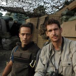 """Sebastian Junger (links) und Tim Hetherington begleiteten ein Jahr lang die Soldaten des Außenpostens """"Restrepo"""" in Afghanistan. Foto: Tim Hetherington"""