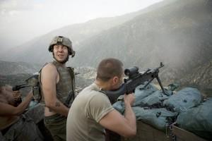 Die Dokumentation zeigt die Soldaten hautnah in ihrem Alltag: Beim Feuergefecht...