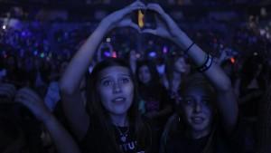 Ein Herz für Bieber: Fans machen bei einem Konzert das typische Bieber-Handzeichen. Foto: Paramount Pictures
