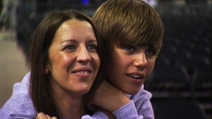 Justin Bieber mit seiner Mutter Pattie Mallette. Foto: Paramount Pictures