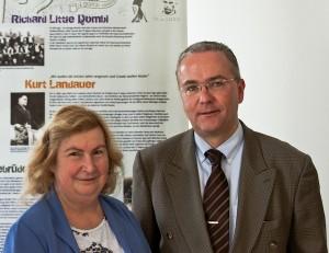 """Dr. Renate Müller und Klaus Wegener von der """"Auslandsgesellschaft NRW"""" betreuten die Ausstellung. Foto: Fabian Karl"""