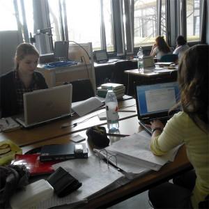 Im Schreibfieber: Eva (links) und Isabell kommen bei der Schreibwoche gut voran. Foto: Laura Zacharias