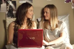 Die Studentinnen Sara (Minka Kelly l.) und Rebecca (Leighton Meester r.) teilen sich im Studentenwohnheim ein Zimmer. Foto: Sony Pictures