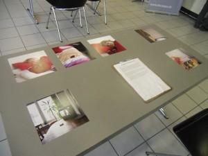 Mit der Präsentation ihrer Arbeit auf Tischen möchte die Fotografin Raum und Kunst in Einklang bringen. Foto: Selina Duelli