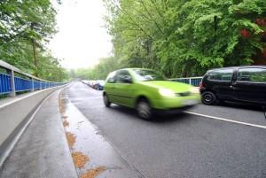 Gefährliche Stelle für Radfahrer: Bei der Anfahrt über die Max-Imdahl-Straße ist die linke Fahrspur komplett zugeparkt. Foto: Laura Zacharias.