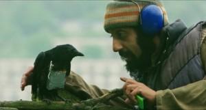 "Der Möchtegern-Terrorist Faisal trainiert in ""Four Lions"" Märtyrer-Krähen. Foto: Capelight Pictures"