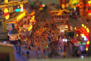 Bunte Welt in Minform: Auf dem Miniatur-Rummelplatz von Markus Drolshagen stimmt so gut wie jedes Detail. Foto: Laura Zacharias