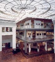 In der Rotunde des Museums findet die Veranstaltung statt. Moderiert werden die Stadtgespräche abwechselnd durch Heike Mund und Michael Steinbrecher. Foto:konzeptschmiede-do