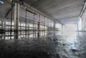 Maroder Zustand: In den geschlossenen Parkhäusern tropft es aus allen Ritzen, Stahlstützen sichern die Gebäude. Foto: Laura Zacharias