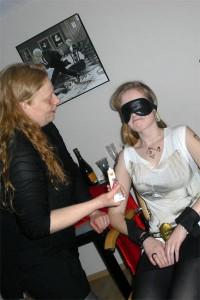 Blinde Verführung: Silke Enubele zeigt an Versuchskanninchen Mareike, was man mit Maske und Handschellen so alles anstellen kann. Foto: Laura Zacharias