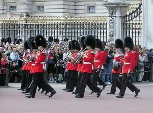 Die Welsh Guards marschieren vor dem Buckingham Palace. Quelle: wikipedia.de