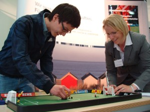 Ungewöhnliches Rekrutierungsprogramm: Eine Runde Tip-Kick soll für ein offenes Gespräch sorgen. Foto: Henrik Veldhoen
